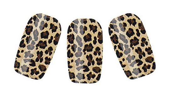 Леопардовый маникюр с помощью наклеек