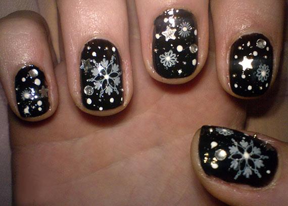 Черный новогодний дизайн ногтей со стразами