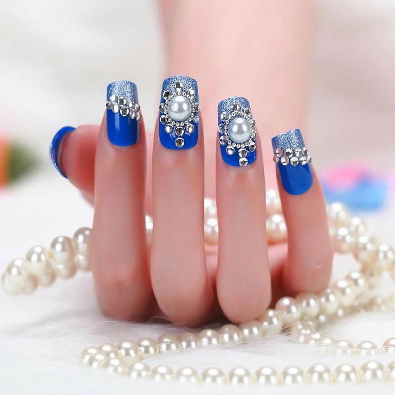 стразы на синих ногтях