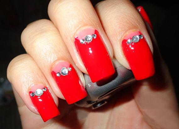 Дизайн ногтей в красном со стразами