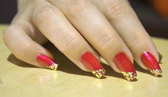 Красный французский маникюр с золотом