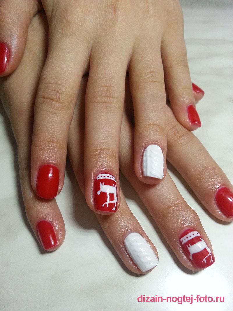 Красно-белый зимний маникюр с оленями