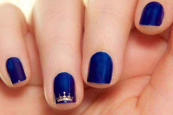 темный дизайн коротких ногтей