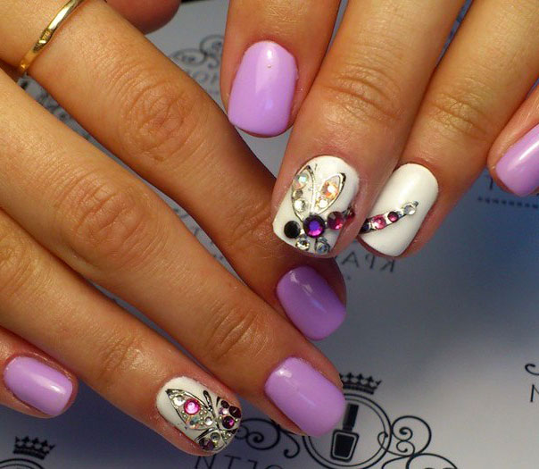 Стразы на ногтях в форме бабочки фото