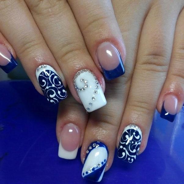 Бело-синий маникюр