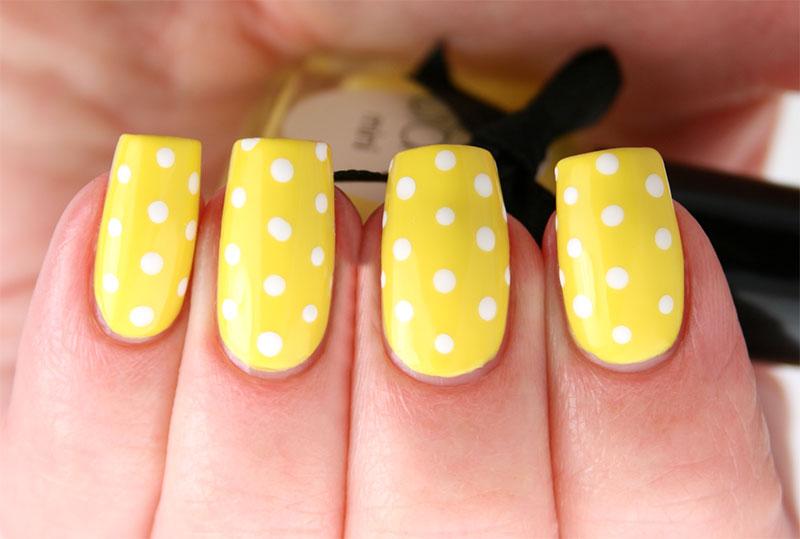 Желтый дизайн ногтей с горошком