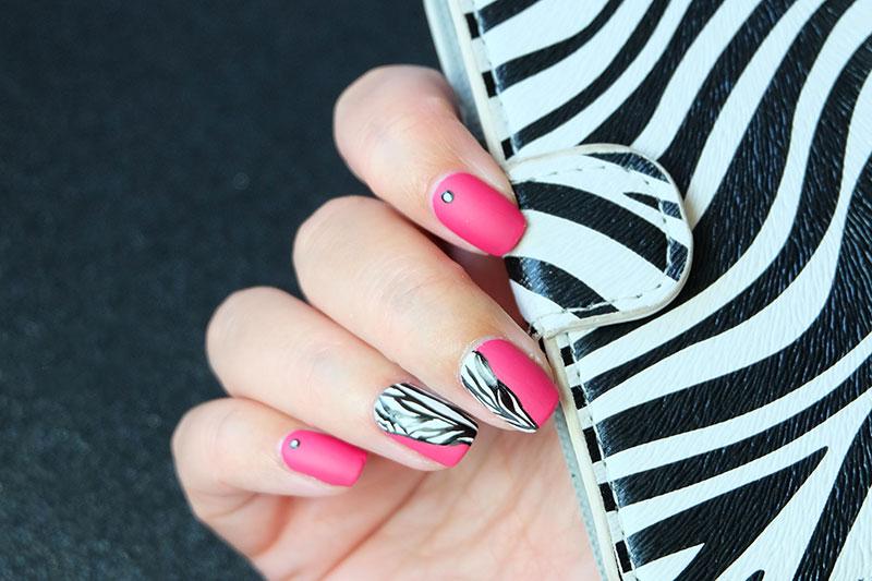 Принт зебра на ногтях