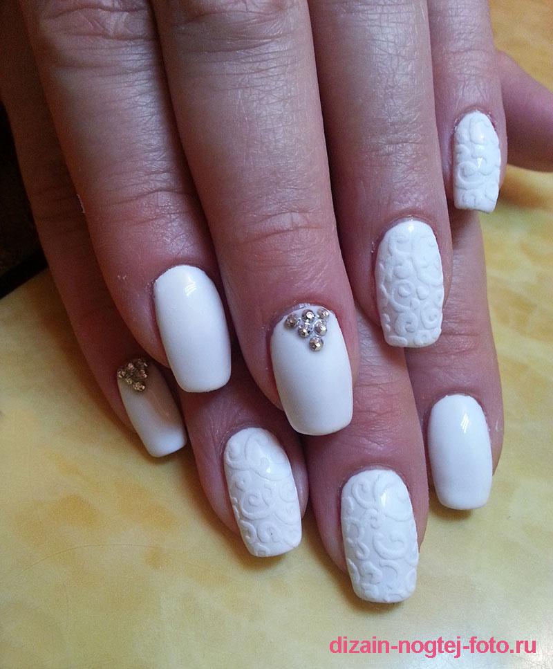 Зимний маникюр белого цвета