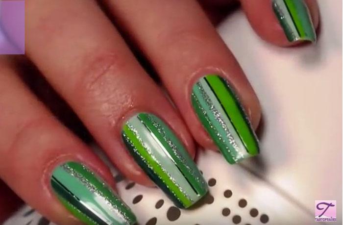 Полосатый зеленый маникюр